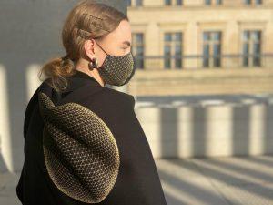 Model mit schwarzem Tuch und Maske